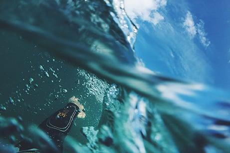 bras dans l'eau avec ciel bleu