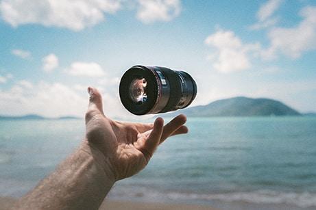 Objectif vidéo lancé en l'air face à la mer